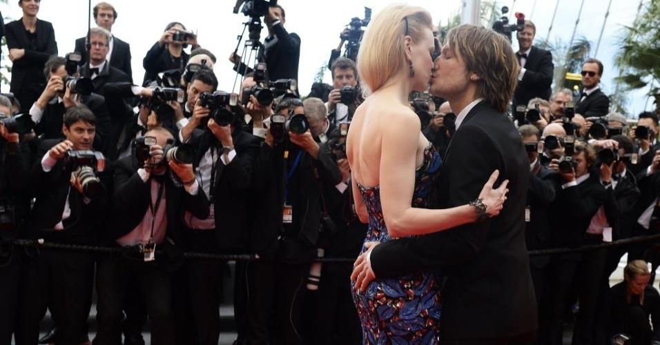 19.mai.2013 -  Nicole Kidman e Keith Urban se beijam no tapete vermelho antes da exibição do filme