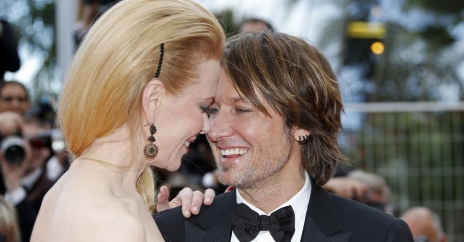 19.mai.2013 -  Nicole Kidman e Keith Urban trocam carinhos no tapete vermelho antes da exibição do filme