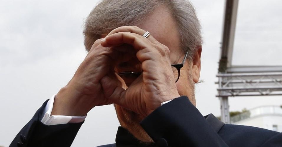19.mai.2013 - O diretor e jurado do festival, Steven Spielberg, faz graça para os fotógrafos no tapete vermelho antes da exibição do filme