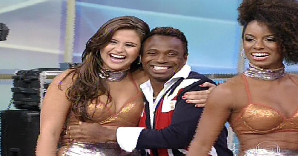 """19.mai.2013 - O ex-jogador Edílson abraça bailarina que será sua professora na """"Danças dos Famosos  2013"""""""