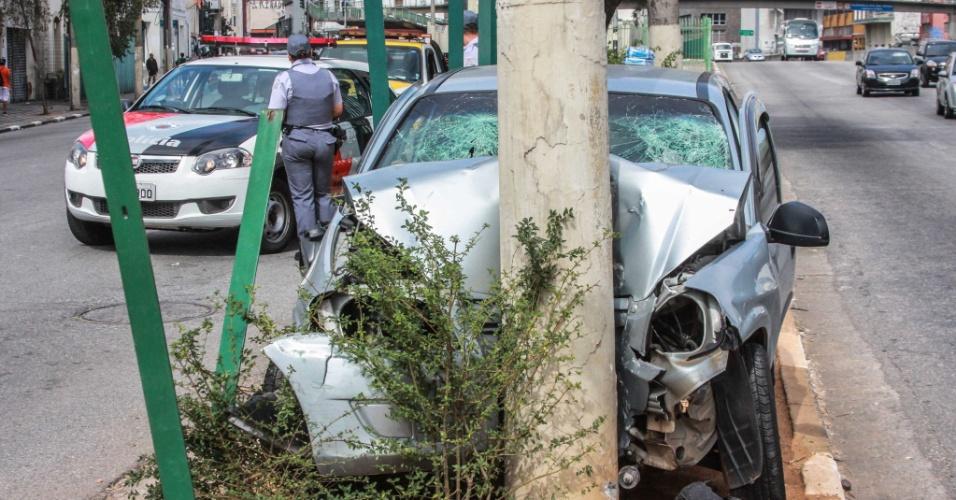 19.mai.2013 - O motorista bateu o veículo em um poste na avenida Tiradentes, no centro da capital paulista, neste domingo (18). Três pessoas ficaram feridas e foram encaminhadas para hospitais da região