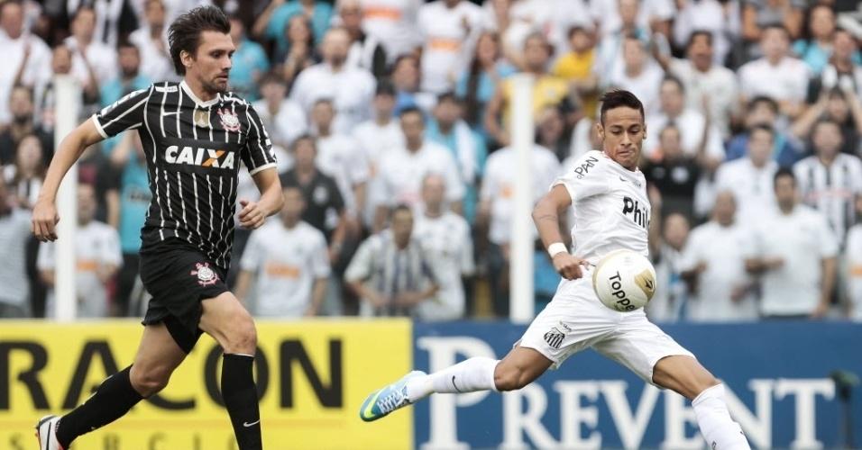 19.mai.2013 - Observado por Paulo André, do Corinthians, Neymar arrisca finalização ao gol de Cássio na final do Paulista
