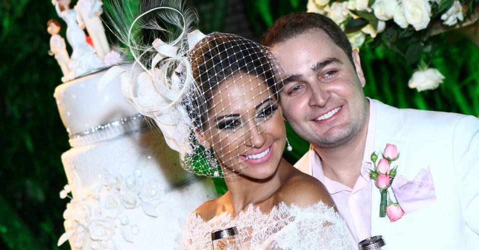 19.mai.2013 - Os noivos Mayra Cardi e Egil Greto posam depois de se casarem na Chapada Guimarães (MT)