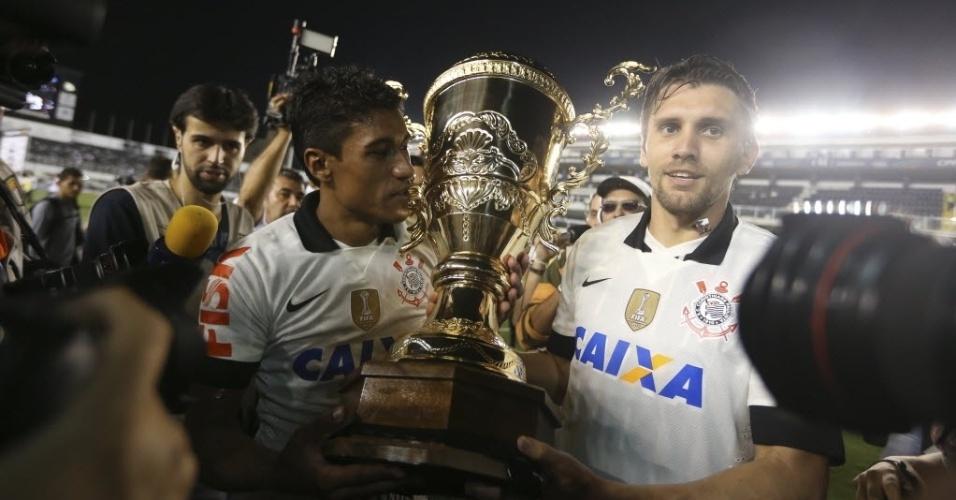 19.mai.2013 - Paulinho e Paulo André, do Corinthians, posam com a taça de campeão paulista após o título conquistado contra o Santos