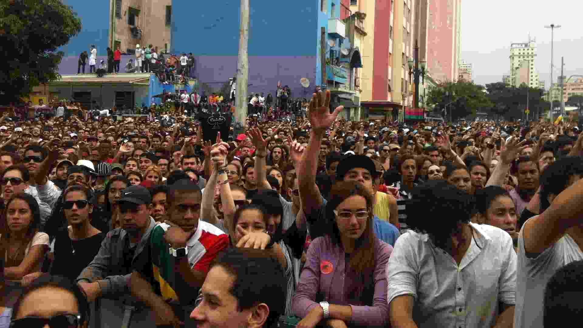 19.mai.2013 - Público assiste à apresentação do rapper Criolo na Virada Cultural 2013 - Mário Barra/UOL