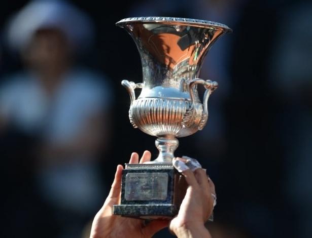 19.mai.2013 - Rafael Nadal levanta a taça a taça do Masters 1000 de Roma
