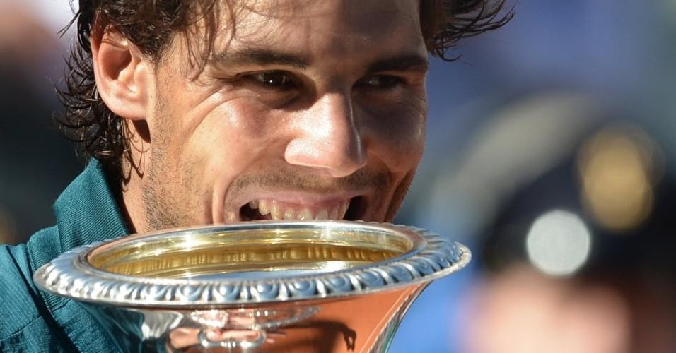 19.mai.2013 - Rafael Nadal sorri e morde a taça do Masters 1000 de Roma