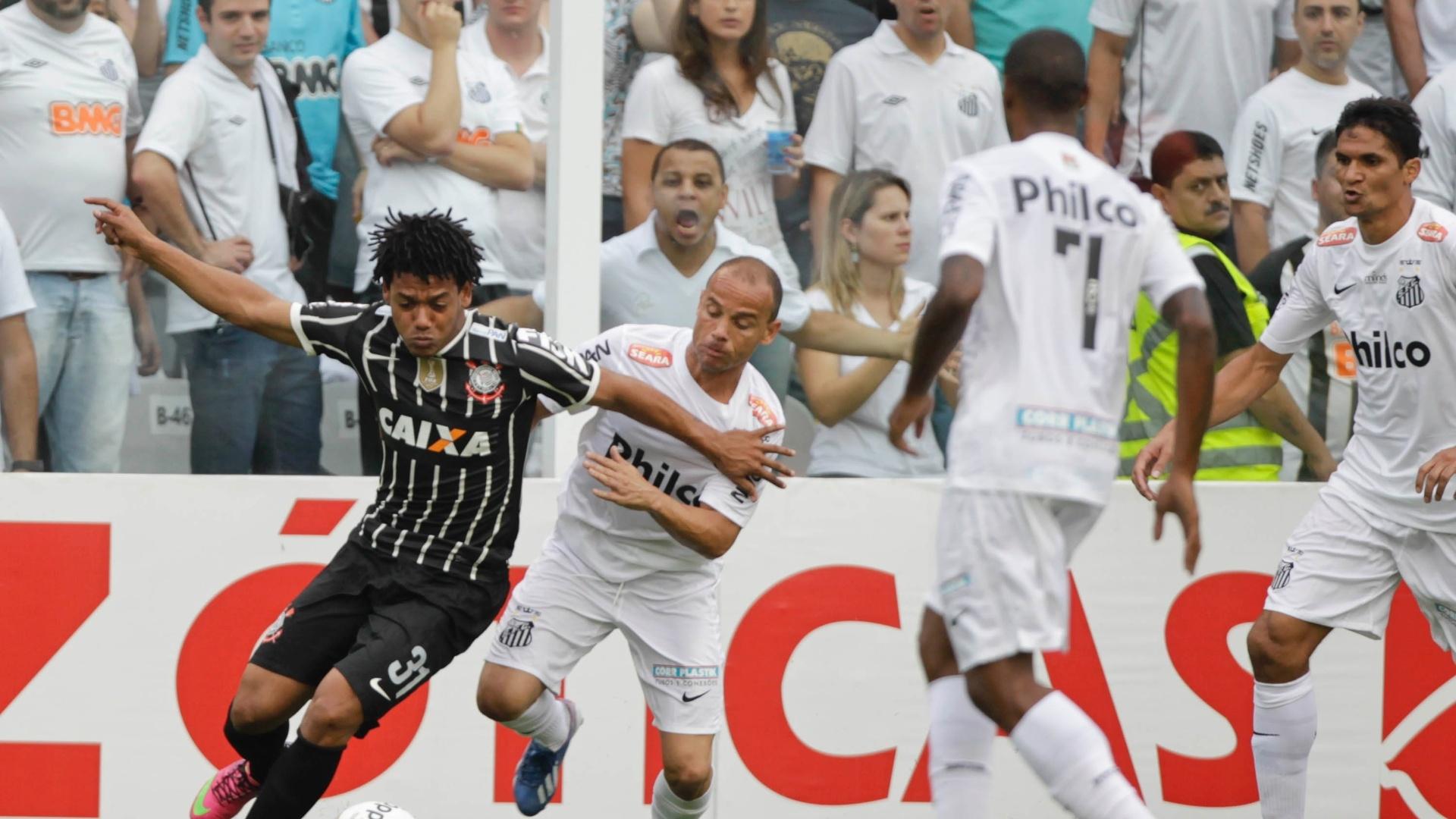 19.mai.2013 - Romarinho, atacante do Corinthians, passa pela marcação do lateral Léo, do Santos, durante a decisão do Paulista