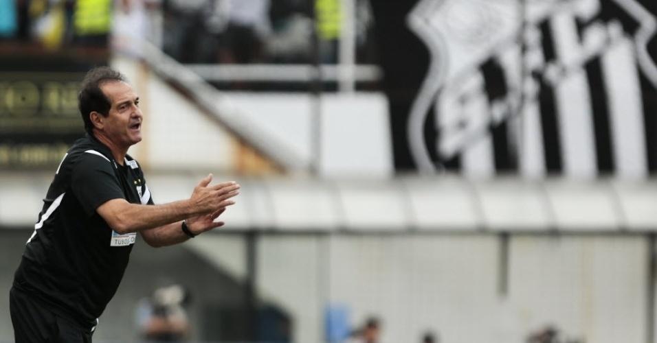 19.mai.2013 - Técnico Muricy Ramalho orienta os jogadores do Santos durante a decisão do Campeonato Paulista, contra o Corinthians, na Vila Belmiro