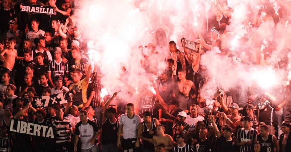 19.mai.2013 - Torcedores corintianos fazem a festa com sinalizadores na Vila Belmiro e comemoram título estadual