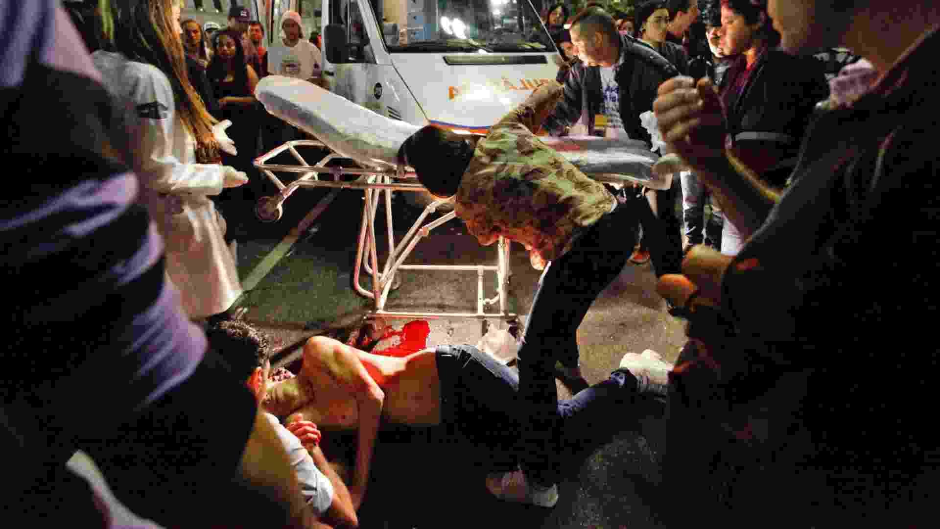 19.mai.2013 - Um rapaz de aproximadamente 19 anos foi assaltado e esfaqueado no viaduto do Chá, durante a Virada Cultural, em São Paulo. A facada atingiu as costas da vítima, que perdeu muito sangue e foi levada a um pronto socorro da região - Warley Leite/Brazil Photo Press