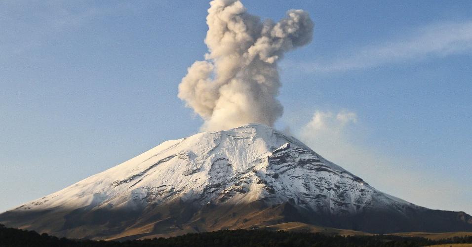 19.mai.2013 - Vulcão Popocatepetl, segundo pico mais alto do México, expele nuvem de cinzas e fumaça