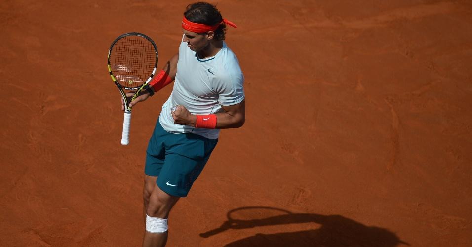 19.maio.13 - Nadal comemora ponto na final em Roma contra Federer