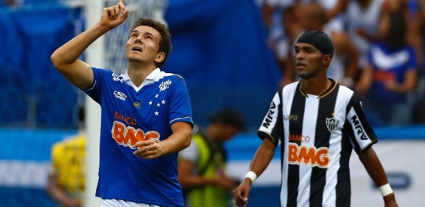 Dagoberto celebra gol do Cruzeiro na final do Mineiro de 2013 contra o Atlético-MG