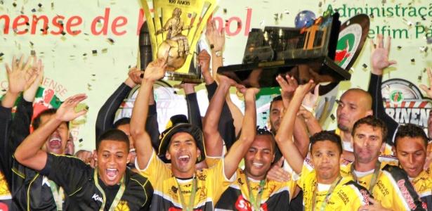Jogadores do Criciúma comemoram título após duelo contra a Chapecoense