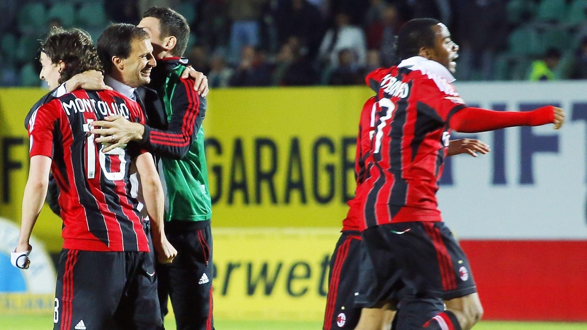 Jogadores do Milan comemoram vitória de 2 a 1 contra o Siena, que levou a equipe a Liga dos Campeões