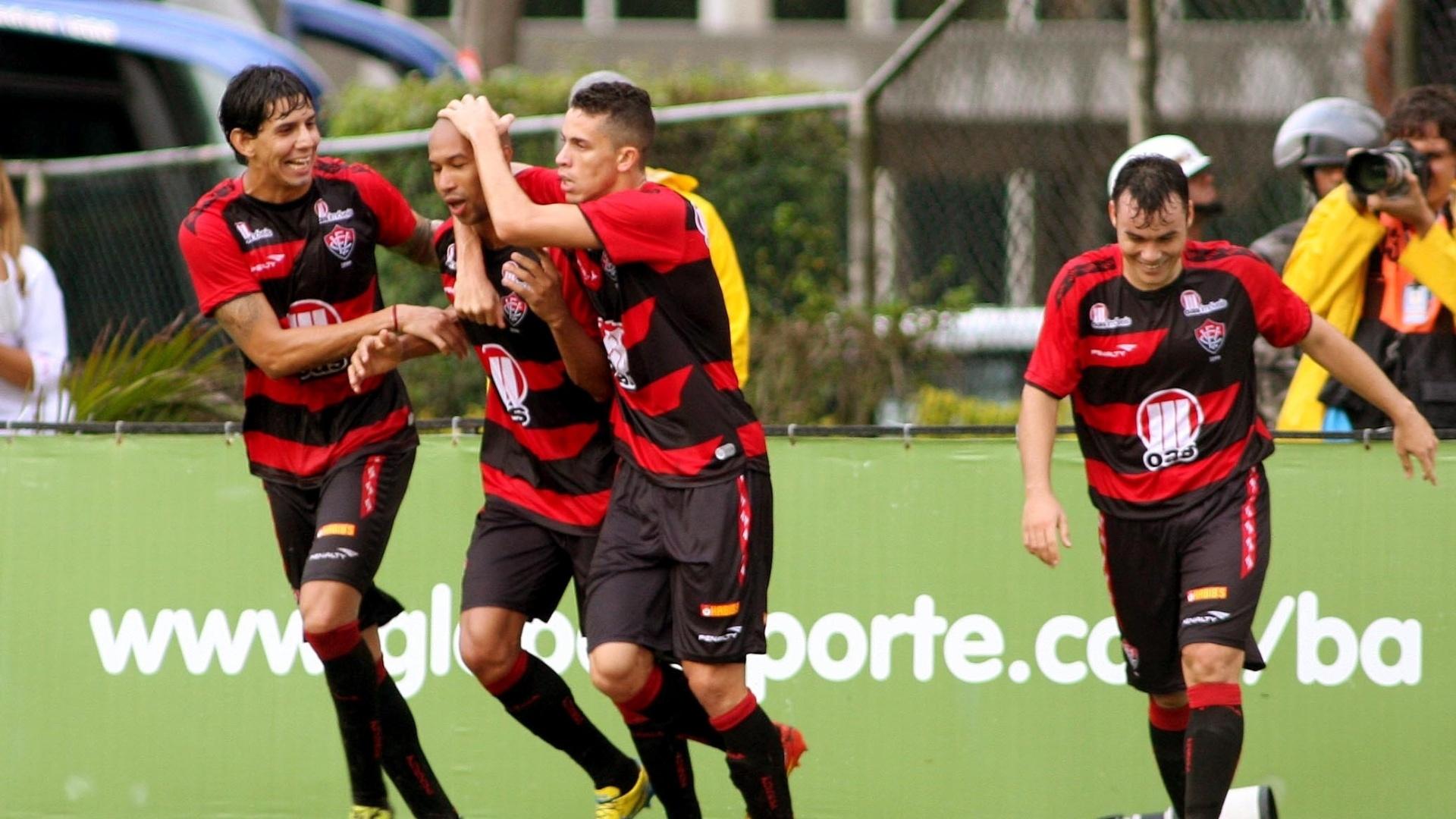 Jogadores do Vitória celebram gol de Dinei frente ao Bahia