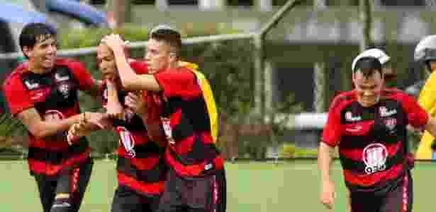 Jogadores do Vitória celebram gol de Dinei frente ao Bahia - EDSON RUIZ/ESTADÃO
