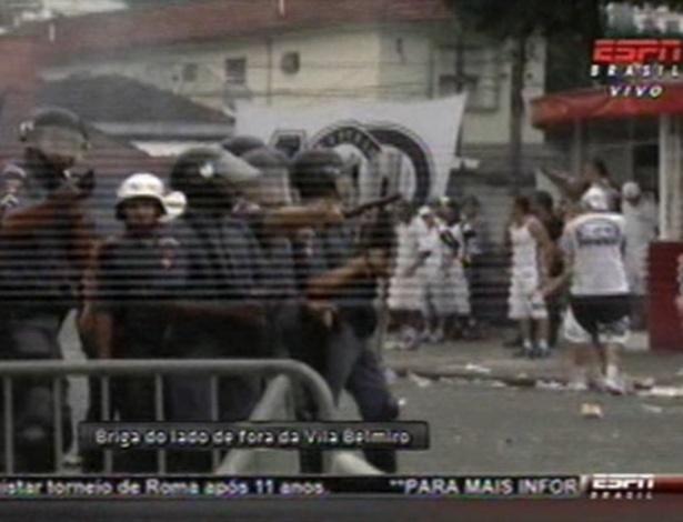 Torcedores do Santos e policiais entraram em confronto nos arredores da Vila Belmiro antes da final contra o Corinthians