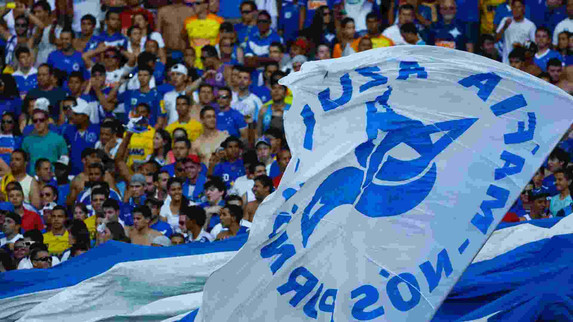 Torcida cruzeirense comemora os 2 a 0 feito no primeiro tempo do clássico - Marcus Desimoni/UOL
