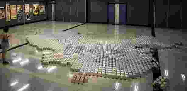 17.mai.2013 - Um mapa da China feito com 1,8 mil latas de leite em pó compõe a instalação do artista chinês Ai Weiwei - Philippe Lopez/AFP