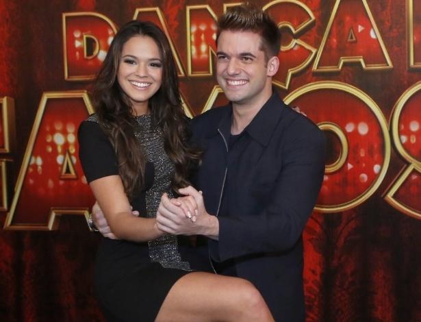 19.mai.2013 - A atriz Bruna Marquezine faz pose com seu professor da