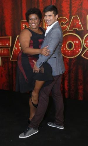 """19.mai.2013 - A atriz Cacau Protásio faz pose com seu professor da """"Dança dos Famosos"""""""