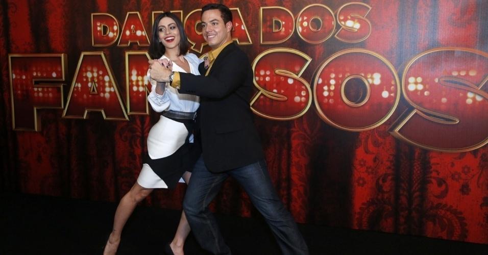 """19.mai.2013 - A atriz Carol Castro mostra seus dotes ao lado do professor da """"Dança dos Famosos"""""""