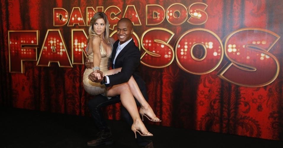 """19.mai.2013 - A atriz Luana Piovani mostra seus dotes ao lado do professor da """"Dança dos Famosos"""""""