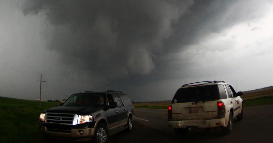 19.mai.2013 - Caçadores de tornados se aproximam de tornado em South Haven, no Kansas, neste domingo. Uma pessoa morreu em consequência da forte tempestade que provocou uma série de tornados nos Estados do Kansas, Oklahoma e Iowa, no meio oeste dos Estados Unidos