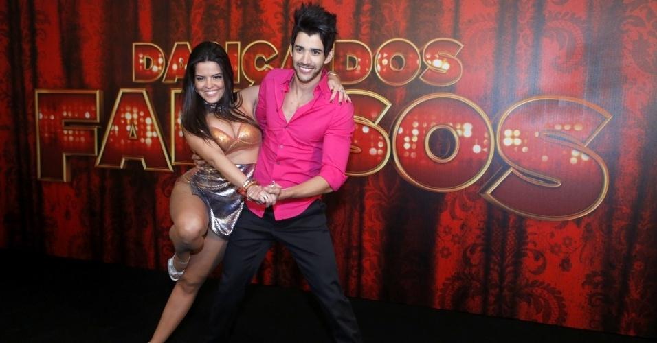 """19.mai.2013 - Gusttavo Lima faz pose com sua professora da """"Dança dos Famosos"""""""
