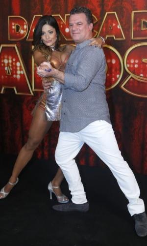 """19.mai.2013 - O ator Adriano Garib faz pose com sua professora da """"Dança dos Famosos"""""""