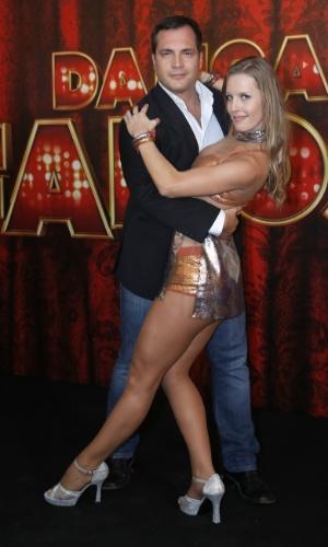 """19.mai.2013 - O ator Daniel Boaventura faz pose com sua professora da """"Dança dos Famosos"""""""