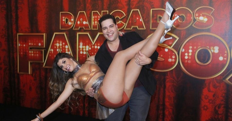 """19.mai.2013 - O ator Tiago Abravanel posa com sua professora da """"Dança dos Famosos"""""""