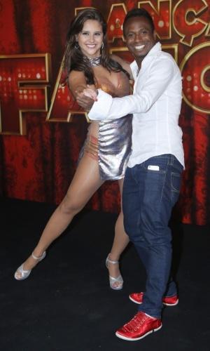 """19.mai.2013 - O ex-jogador Edílson faz pose com sua professora da """"Dança dos Famosos"""""""
