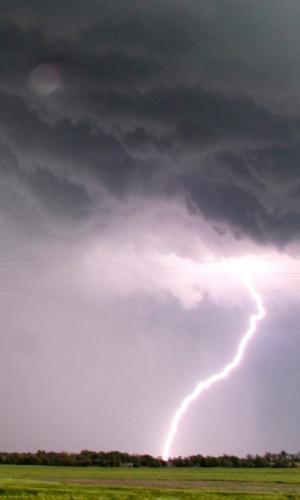 19.mai.2013 - Raio atinge a cidade de Clearwater, no Kansas, enquanto a região é atingida por fortes tempestades e tornados neste domingo. Uma pessoa morreu em consequência da forte tempestade que provocou uma série de tornados nos Estados do Kansas, Oklahoma e Iowa, no meio oeste dos Estados Unidos