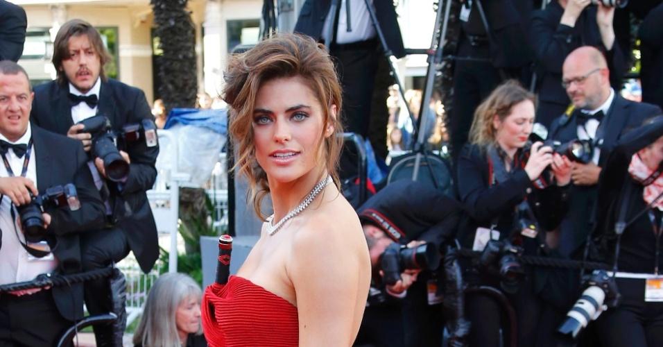 20.mai.2013 - A modelo Alyson Le Borges posa para fotos no tapete vermelho de Cannes, ao chegar para assistir ao filme