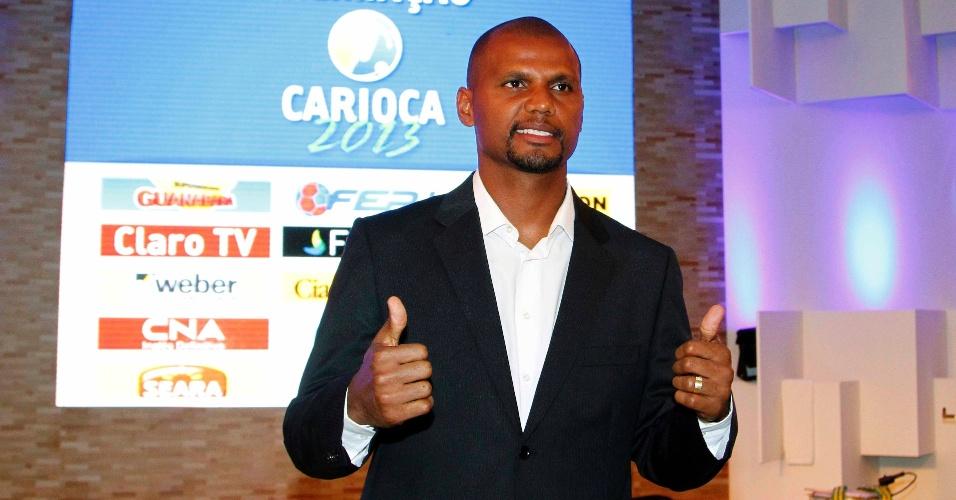 20.mai.2013 - Campeão carioca pelo Botafogo, o goleiro Jefferson chega à festa de premiação do torneio e acena para os fotógrafos
