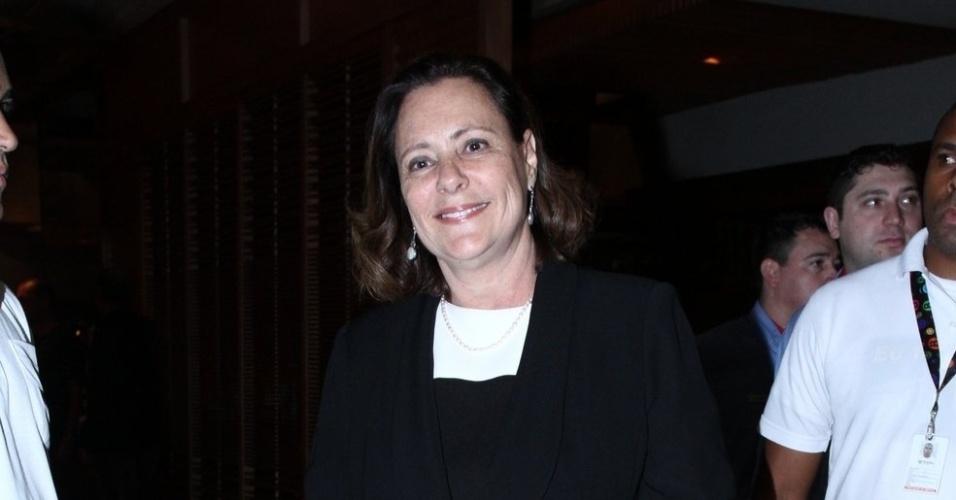 """20.mai.2013 - Elizabeth Savalla assiste ao primeiro capítulo de """"Amor à Vida"""" em uma churrascaria no Rio"""