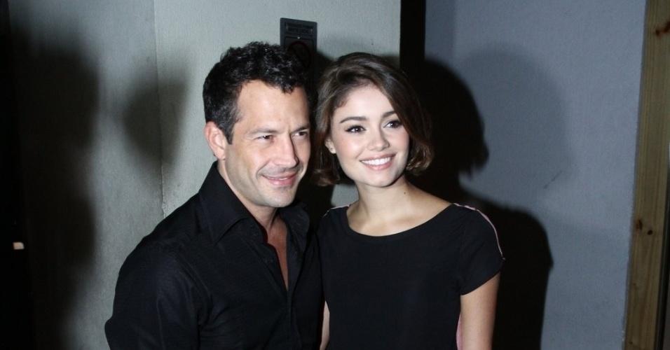 20.mai.2013 - Malvino Salvador é acompanhado pela namorada Sophie Charlotte em uma churrascaria no Rio