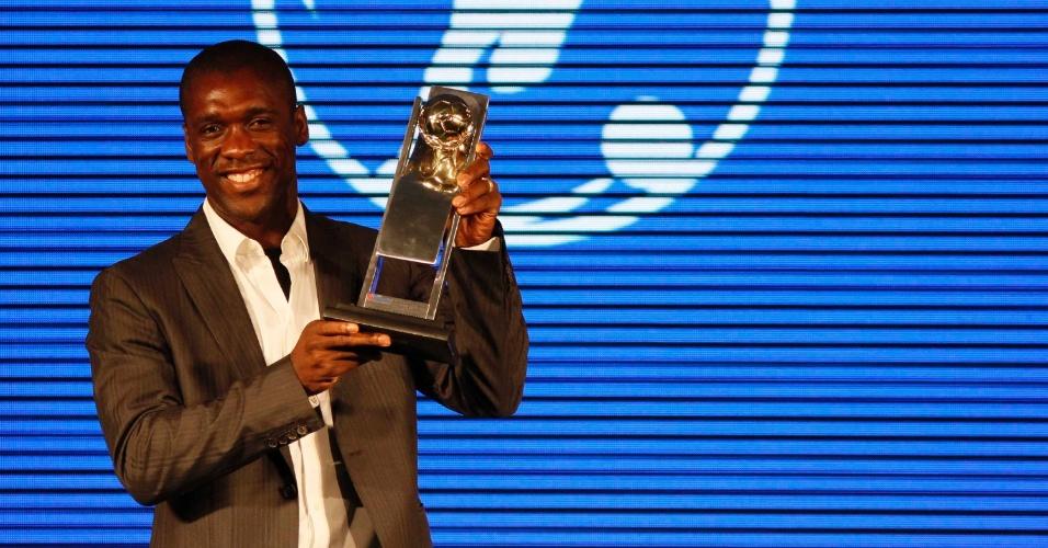 20.mai.2013 - Meia holandês Clarence Seedorf recebe o troféu após ser eleito o melhor jogador do Campeonato Carioca. Seedorf foi campeão estadual pelo Botafogo