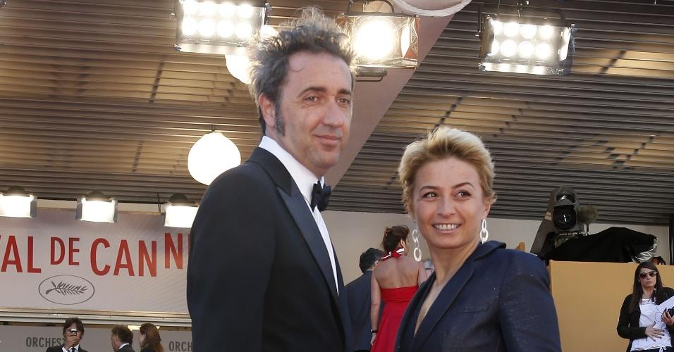 20.mai.2013 - O diretor italiano Paolo Sorrentino e sua mulher, Daniela, posam para fotos no tapete vermelho ao chegar para a exibição do filme