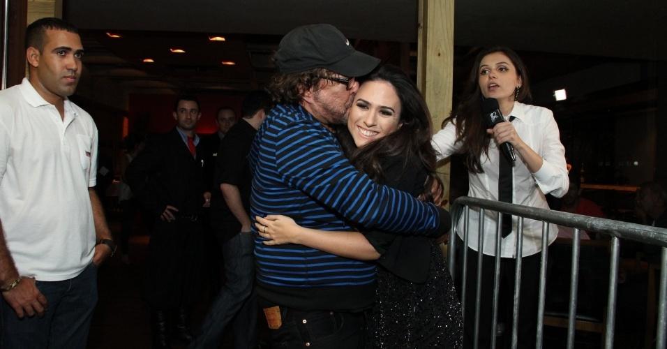 """20.mai.2013 - O diretor Wolf Maya dá um beijo em Tatá Werneck antes de começar a exibição do primeiro capítulo de """"Amor à vida"""""""
