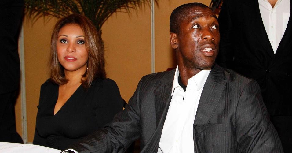 20.mai.2013 - O holandês Clarence Seedorf comparace à festa de premiação do Campeonato Carioca ao lado da esposa, a brasileira Luviana