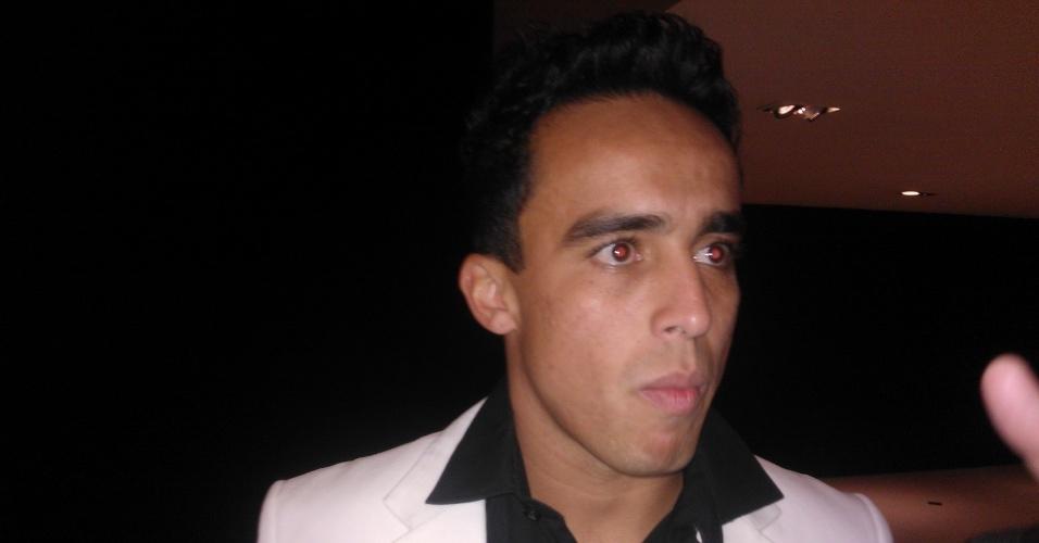 20.mai.2013 - O meia Jadson foi o único representante do São Paulo na seleção do Campeonato Paulista 2013. Ele foi à festa de premiação receber o seu troféu