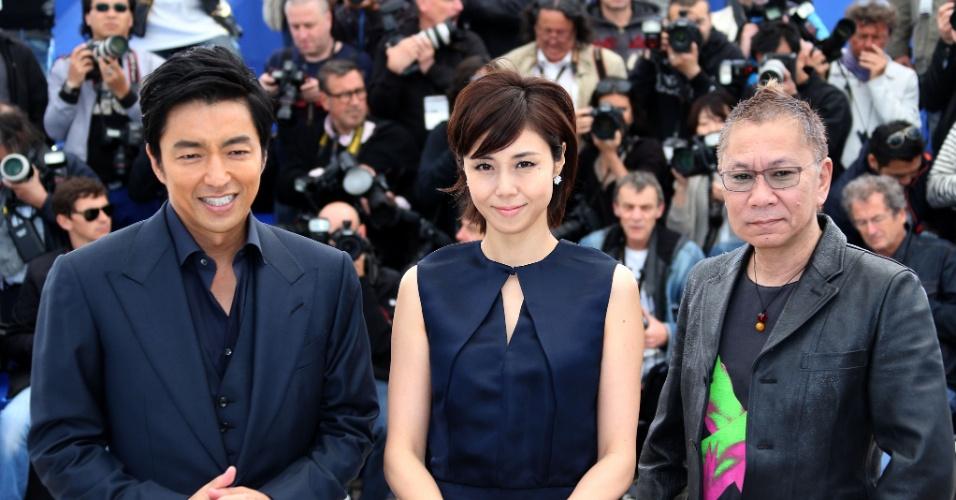 20.mai.2013 - Os atores japoneses Takao Osawa e Nanako Matsushima e o diretor Takashi Miike posam para a divulgação do filme