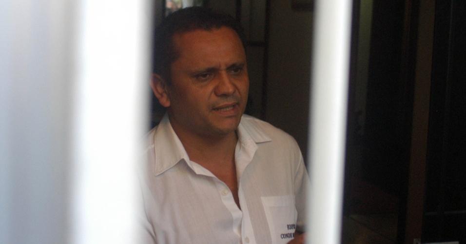 20.mai.2013 - Porteiro do prédio residencial no Humaitá, zona sul do Rio de Janeiro (RJ), invadido por criminosos. O grupo invadiu o edifício, rendendo o porteiro e a empregada de um dos apartamentos, e roubou pelo menos R$ 20 mil de um apartamento e um carro