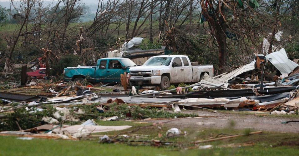 20.mai.2013 - Veículos foram arrastados junto a casas após passagem de tornado próxima à cidade de Shawnee, em Oklahoma, no domingo (19)