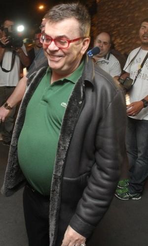 """20.mai.2013- O autor Walcyr Carrasco chega em cima da hora para assistir a estreia de """"Amor à vida"""""""