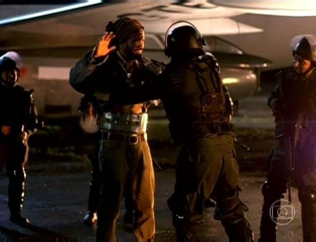 A polícia encontra as drogas no corpo de Ninho e ele é detido na Bolívia
